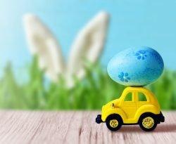 Osterhase mit Auto und Ei