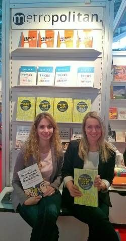Messestand mit Lektorinnen klein - Interview Buchmesse