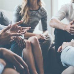 Menschen sitzen zusammen und diskutieren.