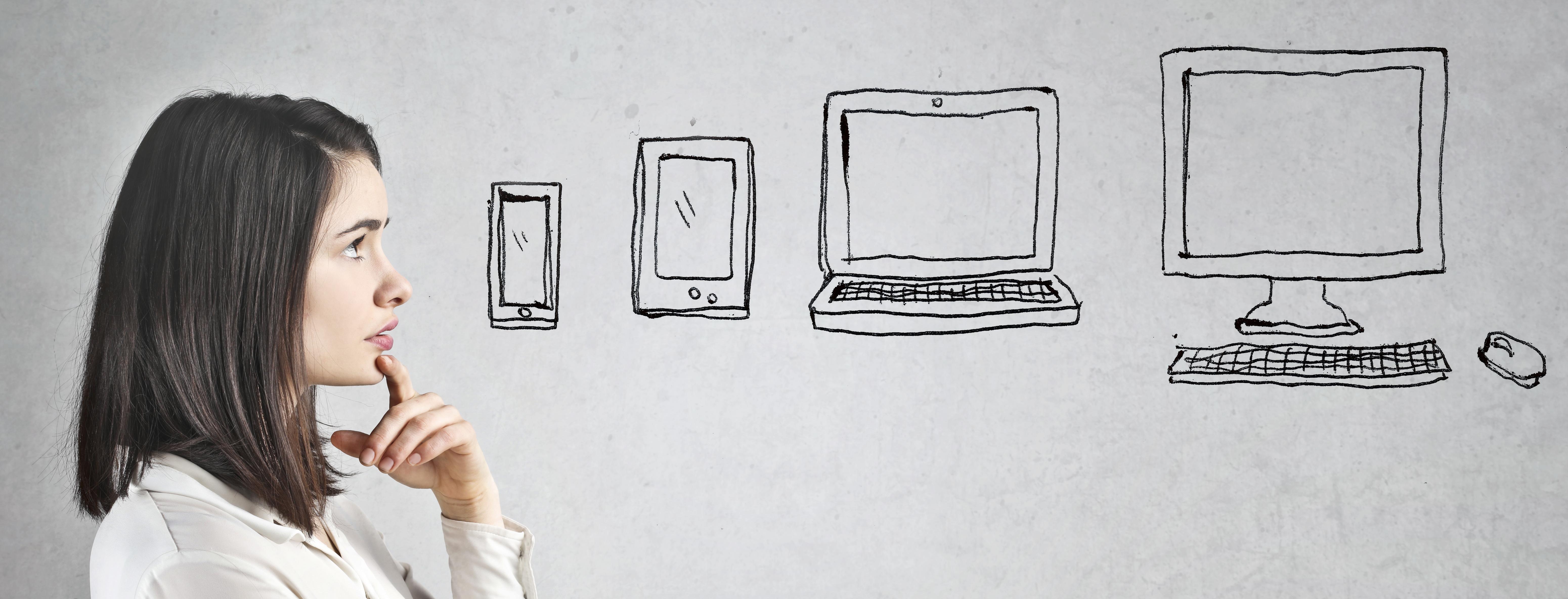Symbolbild Frau denkt über verschiedene Ausgabegeräte wie Tablet, Smartphone oder Computer nach.
