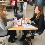 Lektorin Melanie Krieger im Gespräch mit einer neuen Autorin.