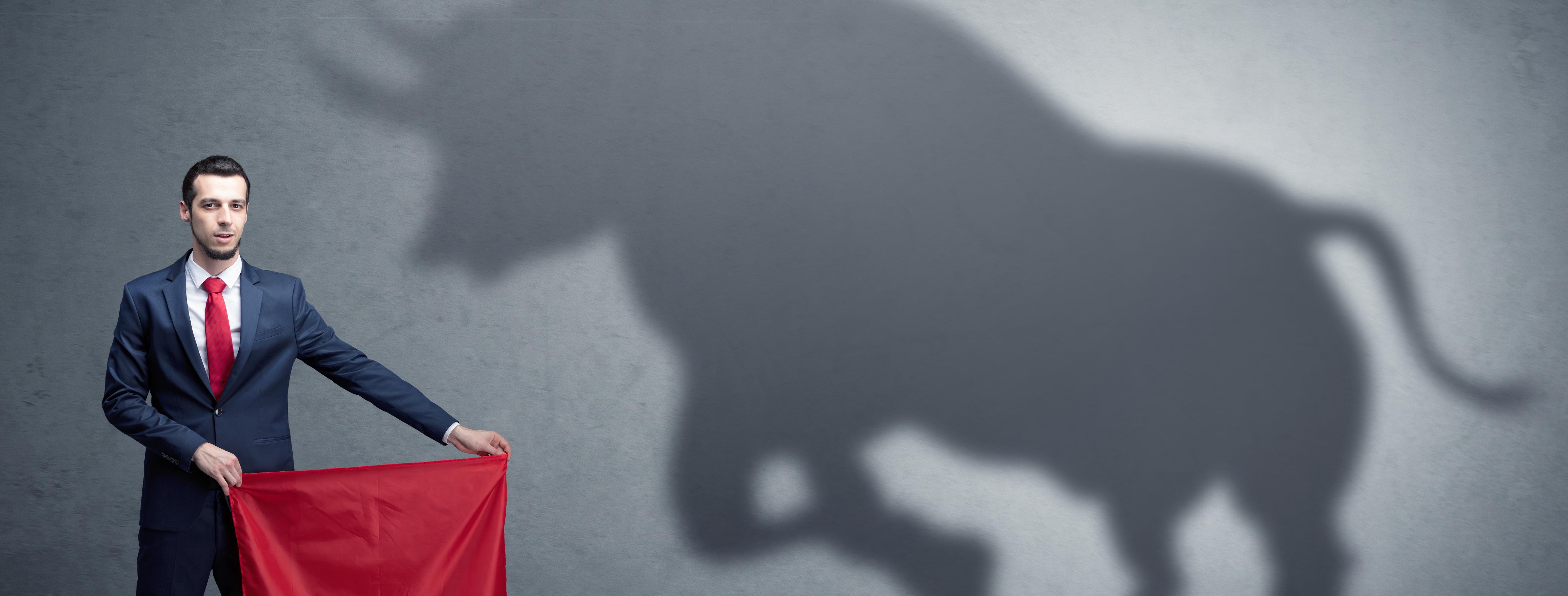 Mann mit rotem Tuch und Stier als Schatten