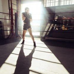 Eine Boxerin trainiert in einem Boxring.