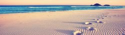 Dünen mit Fußspuren am Strand - einen neuen Weg einschlagen