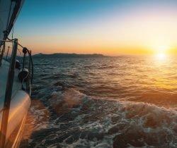 Zeit für Selbstreflexion: Ein Segelboot auf dem Meer im Sonnenuntergang.