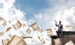 Ein Mann sitzt mit einem Mikrofon auf dem Dach und an ihm fliegen Bücher vorbei
