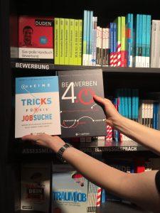 Eine Person hät zwei metropolitan Bücher in der Buchhandlung hoch