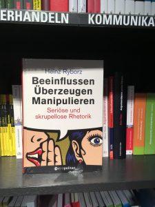Das metropolitan Buch Beeinflussen Überzeugen Manipulieren in einer Buchhandlung