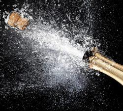 Champagnerflasche Korken fliegt - Beitrag Humorvolle Provokation