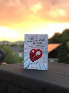 Das Buch Mach was dein Herz dir sagt steht auf einem Balkon