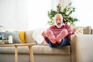 Weihnachtszeit - Mann bekommt Socken geschenkt