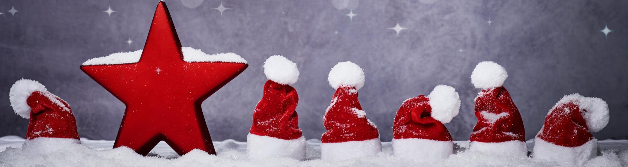 Nikolausmützen und Stern mit Schnee