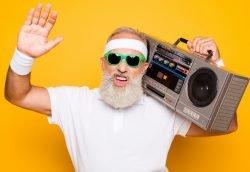 Mann mit Bart, Sonnenbrille, Radio