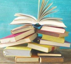 bücherstapel groß - Welttag des Buches