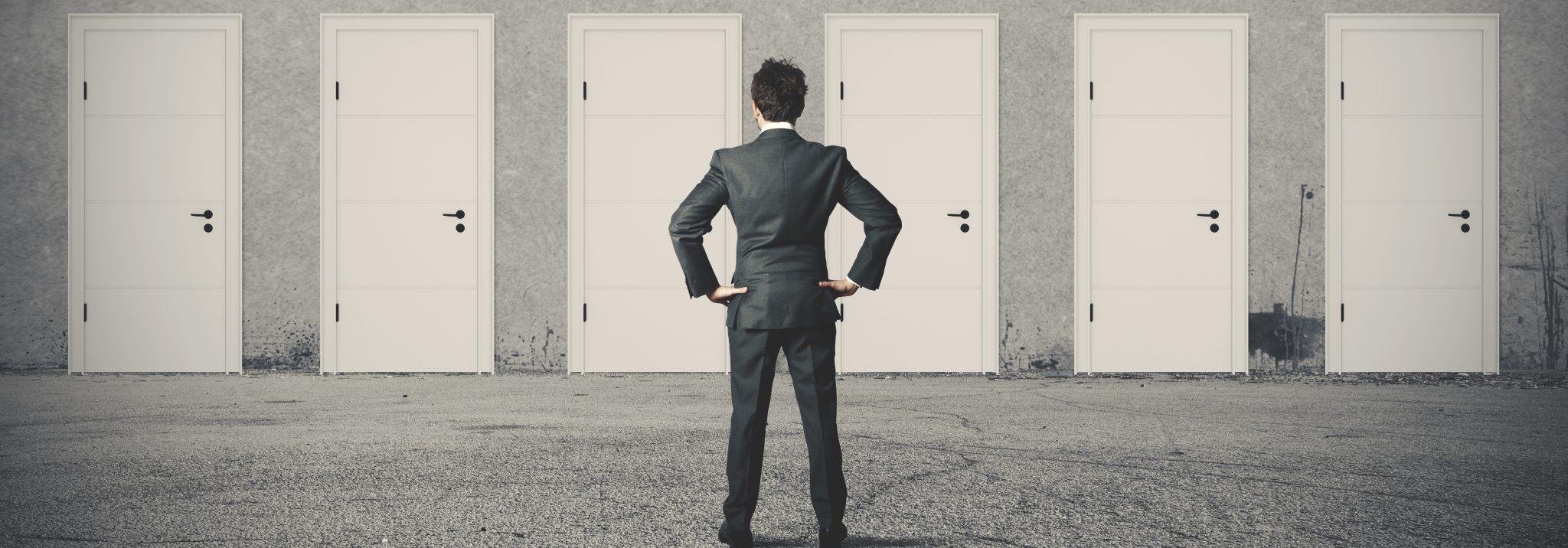 Mann steht vor Türen