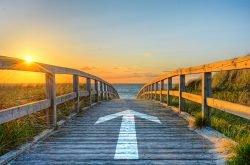 Brücke zum Strand mit Pfeil - Planung